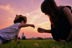 子供と遊ぶおかあさん